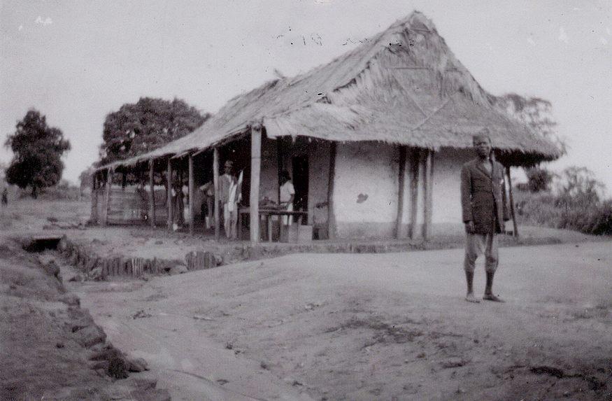 Ancienne maison à Wayombo avec le capita Tété